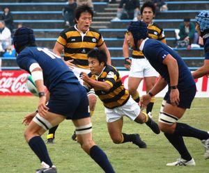 今回の試合で、SO和田拓と即席のハーフコンビを組んだSH花崎亮主将(写真中央)【安藤貴文】