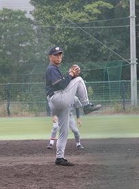 10月26日、慶大野球部との試合で登板する志村氏