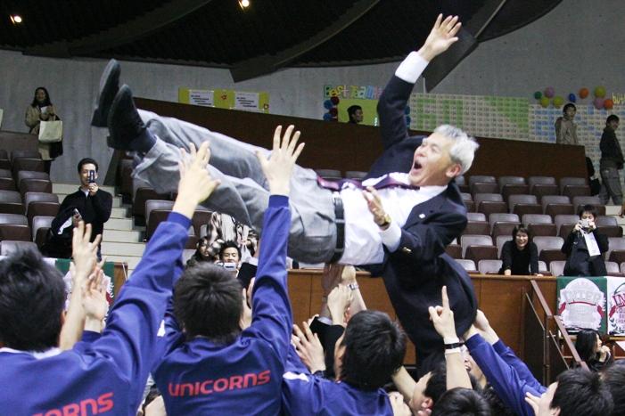 """宙を舞う佐々木HC。入れ替え戦後に「インカレは勝ちますよ」と語っており、""""宣言""""通りの優勝となった。"""
