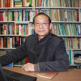 幼少時を中国で過ごし、中国の言語や文 化に深い興味を持つ。主な研究テーマは 中国語文法、方言、文字改革等、近年は インターネットによるE-learning、サイ トによる語学教育の分野にも進出。また、 中国の伝統演劇、京劇を紹介する「中国 語で歌おうー京劇編」(CD 付き)を出版、 日中文化交流の活動等にも携わっている。