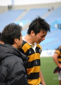 試合終了直後、林雅人監督に慰められ号泣する4年生LO石川顕成(写真右)。彼の場合、試合後1時間以上経過しても、涙が�まることはなかった【安藤貴文】
