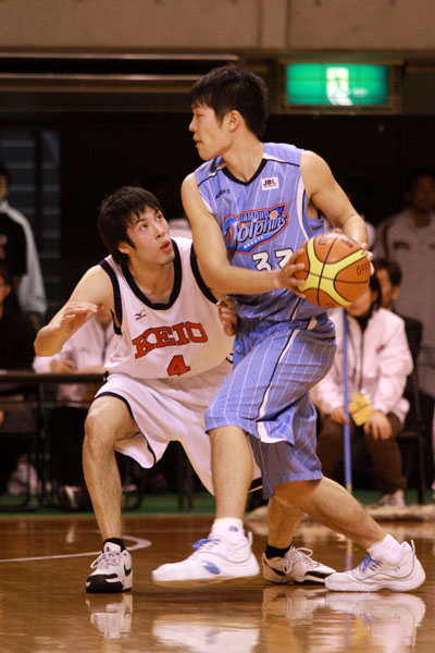 「オールジャパンは上の世代とやりあえるから楽しい」と#4鈴木。マッチアップする#33内海は06年度の東海大キャプテン。