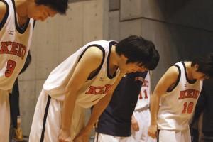試合終了後、ベンチに入ったメンバーが応援席に向かって頭を下げる。#4鈴木は最後まで頭を垂らせ続けた。キャプテンとして、1部復帰とインカレ優勝の大仕事を成し遂げた。