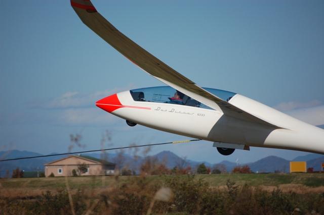 空へ昇る! 機体はワイヤーに引かれ、高度を上昇させていく。高度が100㍍に達した時点でワイヤーは機体から引き離される。機体から切り離されたワイヤーはリトルブカーに回収され次の離陸機に取り付けられる。
