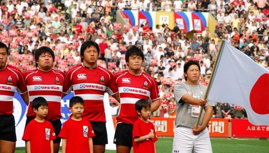 13日に行われたU20日本代表 vs. U20スコットランド代表戦の試合前、国��斉唱時の日本代表の面々【慶應塾生新聞会】