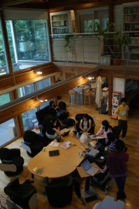 CLIP編集局で議論を交わす学生記者たち