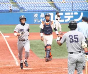 1戦目、先制本塁打を放ち笑顔でホームインする伊藤隼太(左)。伊藤は2試合とも重要な場面でヒットを放った。