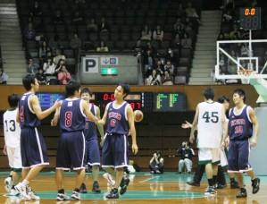 試合終了後、コートに立っていた4年生たちは慶大らしいバスケットで勝利でき、安堵の表情を見せた