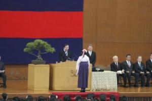 清家塾長から卒業生に学位が授与された