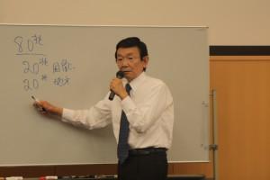 日本の財政構造について説明する与謝野氏