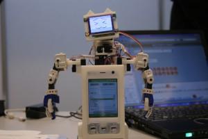 メール内容に応じて多彩な動きをするロボット