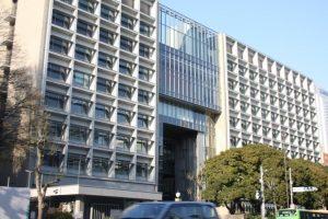 堂々とそびえる三田キャンパス新南校舎