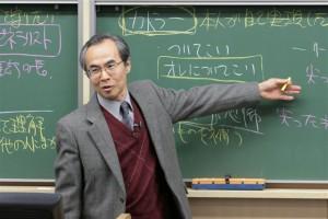 教壇に立つ高木教授(写真はNHK提供)