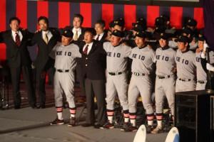 肩を組み「若き血」を歌う野球部と江藤監督