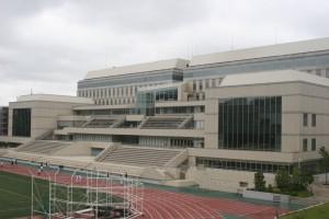 日吉キャンパスの隣にそびえ立つ協生館