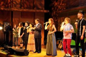 来場者と共に「故郷」を歌う出演者たち