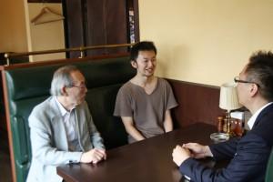 メンタリングを受ける高橋さん(中央) とメンター三田会の2人(左右)