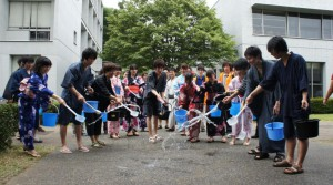 浴衣姿で打ち水を行う六慶祭・七夕祭実行委員