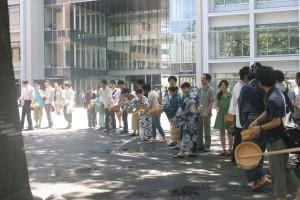 キャンパス内で打ち水に興じる塾生