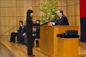 清家塾長から修了証を受け取る塾生(写真は広報室提供)