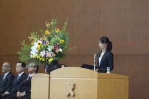 慶大での抱負を語る新入生代表の田中かほりさん