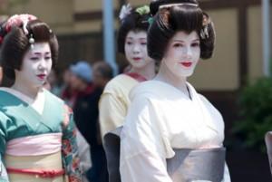 年少芸妓「半玉さん」と歩く紗幸さん(右)