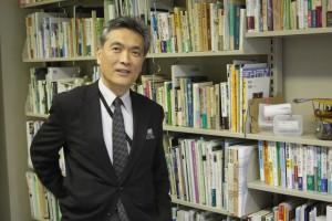 1949年、東京生まれ。慶大経済学部卒業後、1973年に環境庁(当時)に入庁。地球環境部環境保全対策課長として、気候変動枠組条約第3回締約国会議(COP3)の日本への誘致、京都議定書の交渉、地球温暖化対策推進法の国会提出を担当した。大臣官房長、総合環境政策局長などを経て2009年に環境事務次官に就任。2011年に退官し、現在慶大政策メディア・研究科教授。東日本大震災後はSFCの「節電本部長」も務めた。主な著書に『エコハウス私論』(木楽舎、2008)。