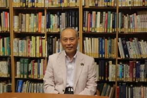 1948年福岡県生まれ。1971年東京大学法学部政治学科卒業。1979年東京大学教養学部政治学助教授に就任する。2001年参議院議員に初当選後、参議院自由民主党政策審議会長など自民党内要職を歴任。2007年再選後、安倍、福田、麻生内閣で厚生労働大臣を務め、年金記録問題、薬害肝炎問題などに取り組む。2010年新党改革を組織し、同党代表に就任。現在『孫文ーその指導者の資質』が角川書店より発売中。