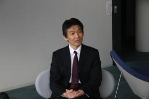 情報を取捨選択する必要性を指摘する坪田非常勤講師