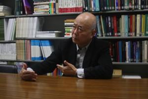 新聞の有用性を語る萩原教授