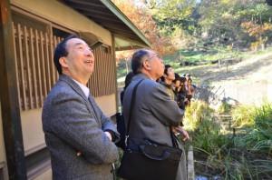 蝮谷を散策する清家塾長と参加者