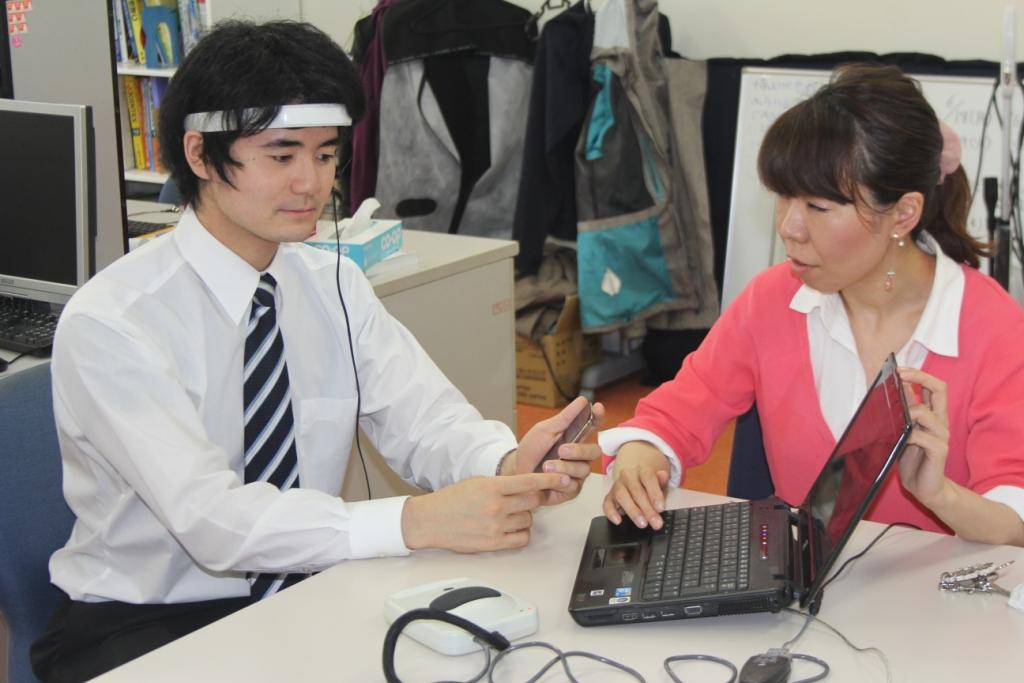頭部につけているのが簡易脳波計測器