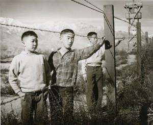 宮武東洋「マンザナー収容所」シリーズより 1942-1945年、ゼラチン・シルバー・プリント、50.8×60.8 cm 東京都写真美術館蔵