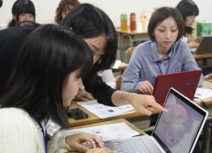 声の登録作業を体験する学生たち