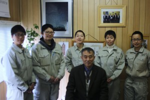 代表の秋山氏と研修に励む女性5人