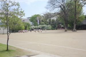 児童らが駆け回る幼稚舎の校庭