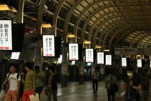 通路に沿って並ぶデジタルサイネージ(品川駅)