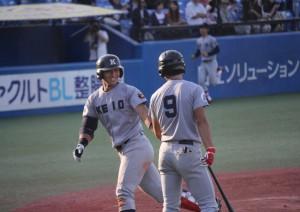 東大第1戦、本塁打を放ち笑顔がこぼれる谷田(写真左)
