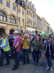 難民受け入れへの賛成を表明する人々。 デモはイギリスで日常的な光景だ