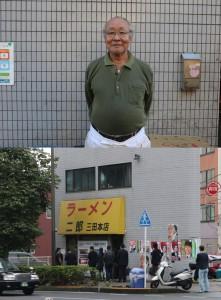 二郎本店の店長、山田拓美さん(写真上)。土曜の朝10時からご覧の行列(写真下)。