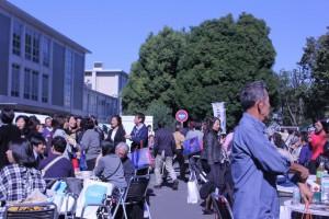晴天の中、にぎわう日吉キャンパス