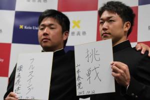 会見で決意表明した山本(右)と横尾(左)