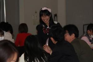 イベント参加者と触れ合うたかまつさん (日吉キャンパスにて)