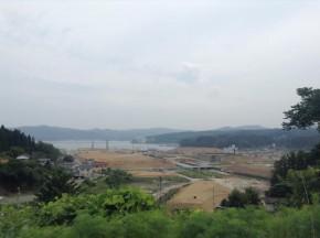 写真2 沿岸部の左側が盛土により高台になっている