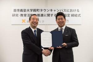 4 月 11 日に行われた締結式の様子。 清家篤塾長と川崎市の福田紀彦市長。