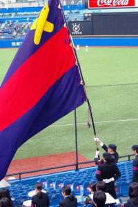 応援席で塾旗を掲げる木村さん