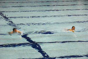 技の一つ「突き泳ぎ」をする部員