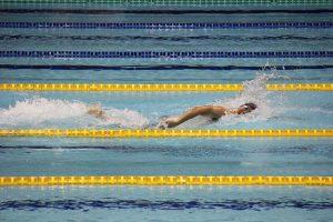 早大を引き離した第1泳者の村川